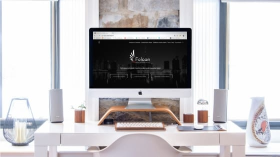 Kädet näpyttävät toteuttaessaan verkkosivu-uudistusta